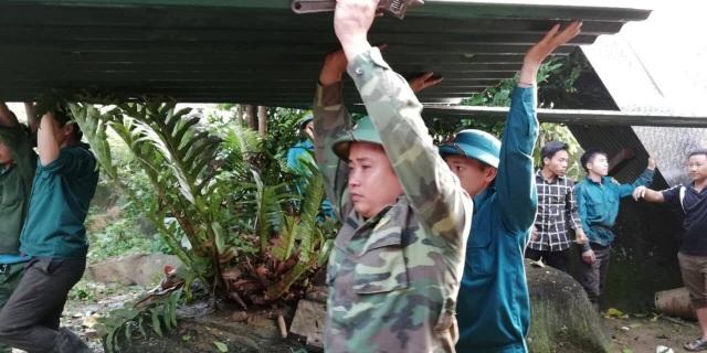 Bộ đội giúp dân khắc phục hậu quả mưa đá, lốc xoáy - 8