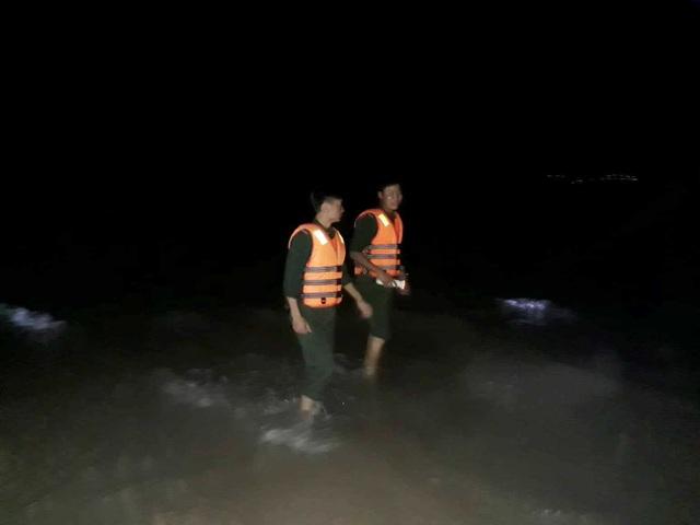 Huy động lực lượng tìm nạn nhân bị sóng cuốn khi đang cứu người - 2