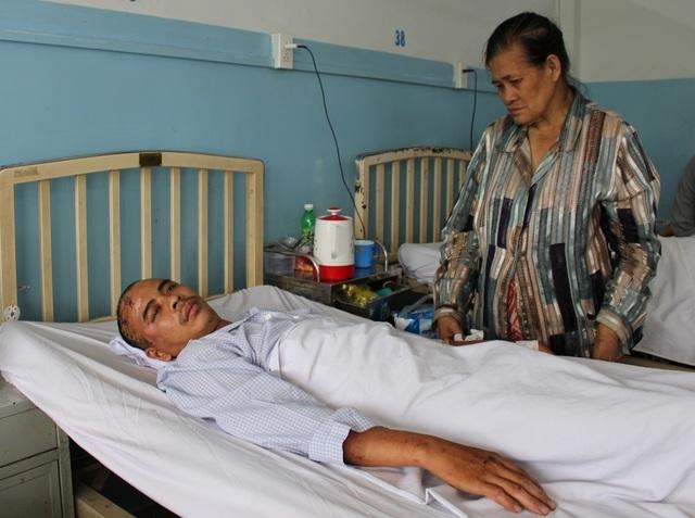 Con bị tai nạn, mẹ khóc lặng vì không có tiền đóng viện phí cứu con - 1