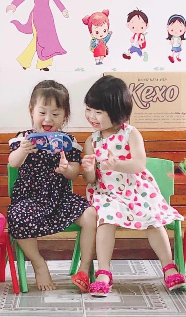 Phát sốt với hai bé gái selfie bằng điện thoại từ... dép nhựa - 2