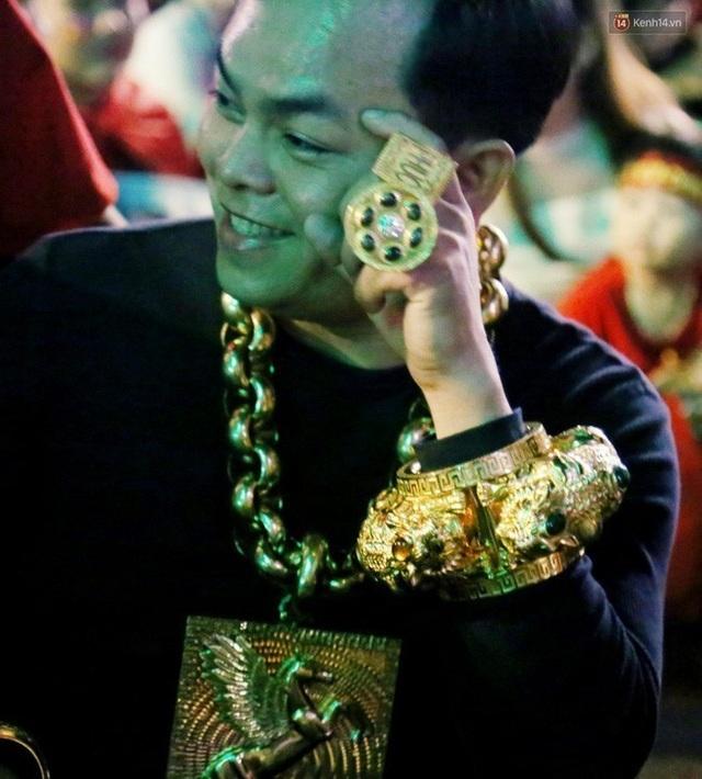 Phúc XO lại chơi bạo: Mũ vàng 2kg, đính tên bằng 260 viên kim cương - 4
