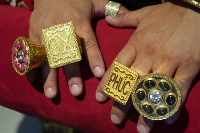 Phúc XO lại chơi bạo: Mũ vàng 2kg, đính tên bằng 260 viên kim cương - 6