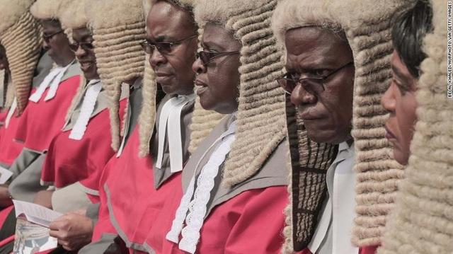 """Dân Zimbabwe """"ném đá"""" vì chính phủ chi trăm ngàn USD mua tóc giả cho thẩm phán - 1"""