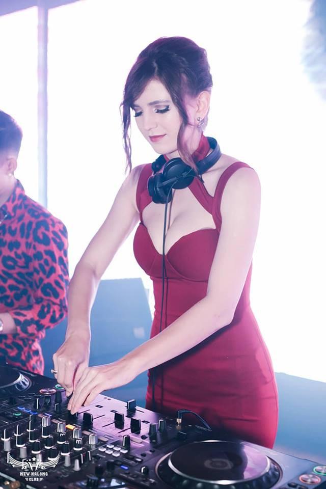 Vẻ đẹp bốc lửa của nữ DJ Ukraine đang chơi nhạc ở Hà Nội - 1