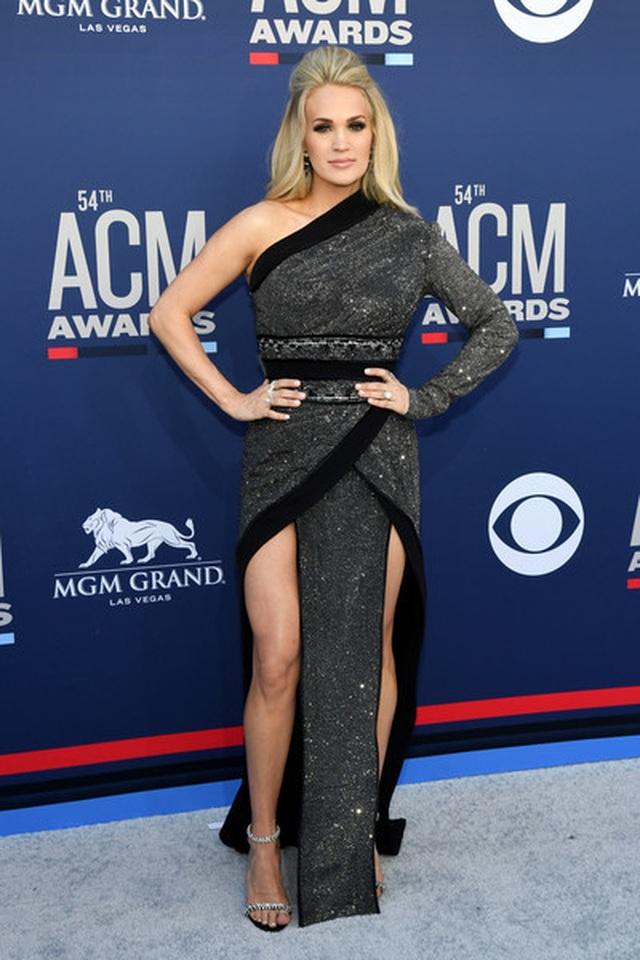 Carrie Underwood đẹp kiêu sa dự lễ trao giải nhạc đồng quê - 3