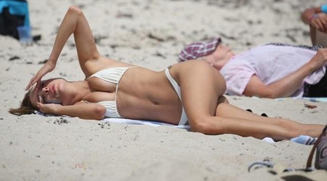 Kimberley Garner nuột nà với bikini trắng - 4