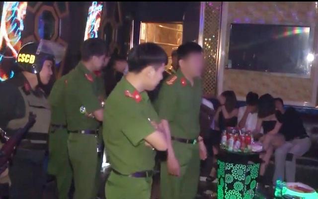 Đột kích quán karaoke, phát hiện 45 thanh niên dương tính với ma túy - 1