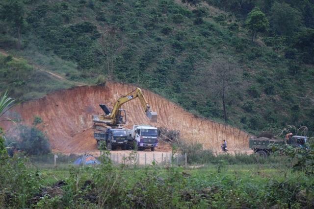 """Hàng loạt đồi núi bị """"xẻ thịt"""", dân than trời vì đường quốc lộ như... đường đất! - 1"""