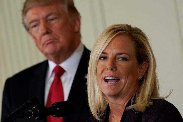 Gương mặt đại diện cho chính sách nhập cư tranh cãi của ông Trump từ chức - 1