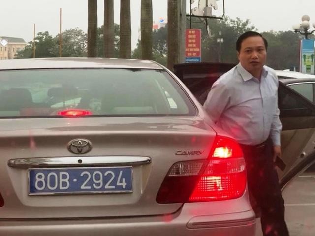 Vụ xe Camry chở lãnh đạo tỉnh có 2 biển xanh: Thu 2 biển cũ, cấp biển mới - 1