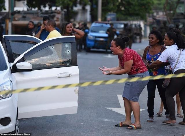 Binh sĩ Brazil bắn nhầm 80 phát đạn vào xe chở gia đình - 1