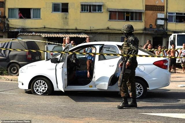 Binh sĩ Brazil bắn nhầm 80 phát đạn vào xe chở gia đình - 2