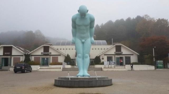 """Huế """"loay hoay"""" tìm chỗ đặt bức tượng """"Người đàn ông cúi đầu"""" - 1"""
