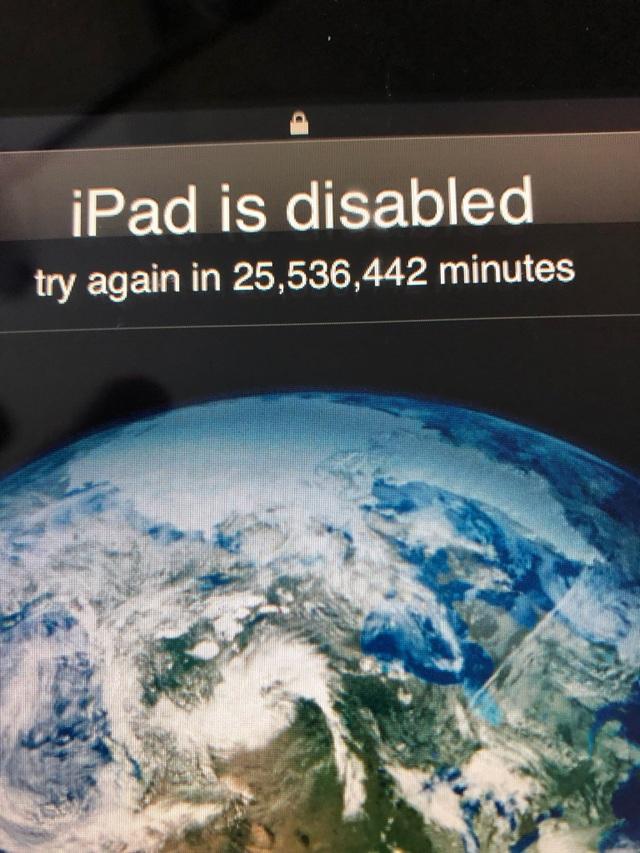 Nghịch iPad của bố, bé 3 tuổi khiến chiếc máy tính bảng bị khóa trong... 49 năm - 1