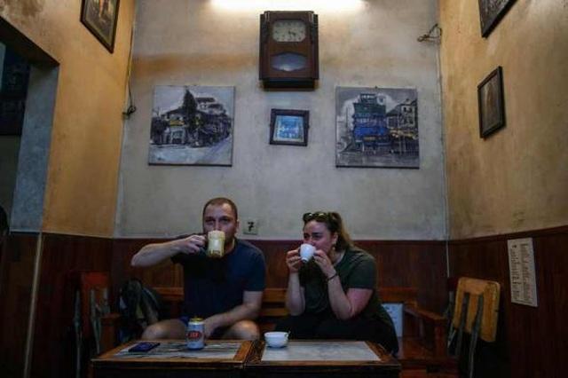 """Khách nước ngoài """"mê mẩn"""" món bia trứng độc lạ ở Việt Nam - 3"""