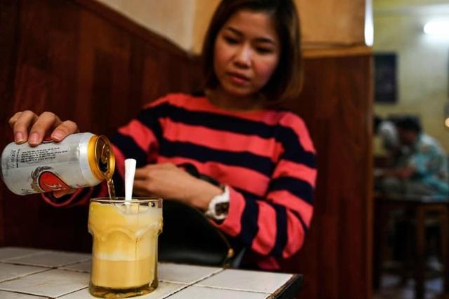 """Khách nước ngoài """"mê mẩn"""" món bia trứng độc lạ ở Việt Nam - 4"""