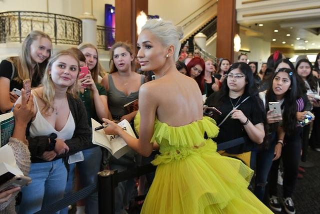 Pia Mia rực rỡ với váy vàng kiêu sa - 4