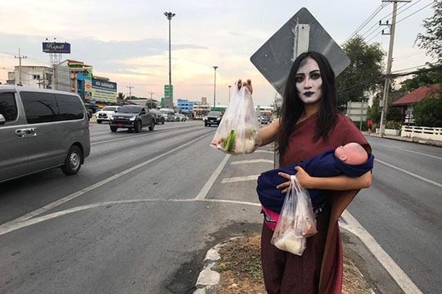 """""""Ma nữ"""" bán thịt nướng bên lề đường - 1"""