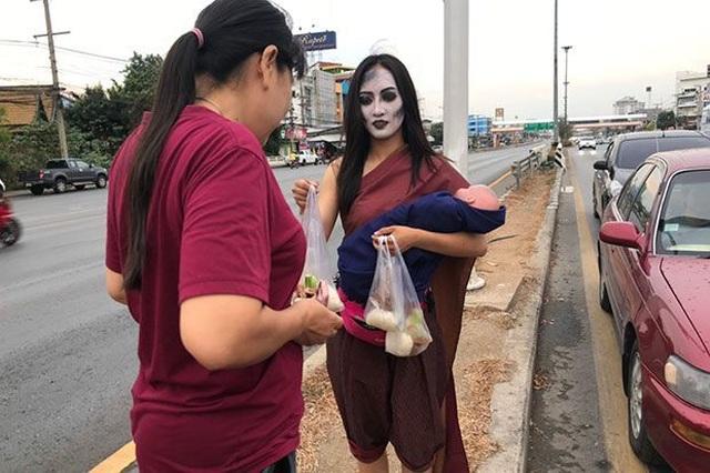 """""""Ma nữ"""" bán thịt nướng bên lề đường - 2"""
