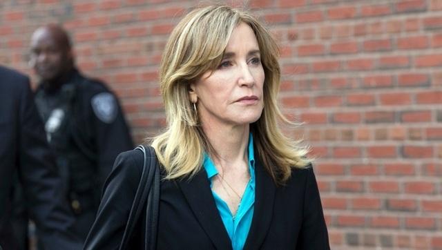 Phụ huynh nhà giàu Mỹ đối mặt án tù 20 năm vì chạy trường cho con - 1