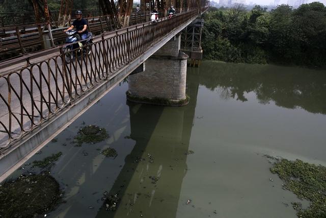 Khúc sông thối dưới cầu Long Biên ô nhiễm nghiêm trọng - 2