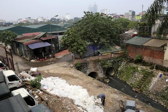 Khúc sông thối dưới cầu Long Biên ô nhiễm nghiêm trọng - 7