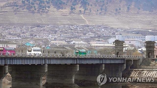 Khánh thành cầu xuyên biên giới: Cánh cửa giúp Triều Tiên giữa vòng xoáy trừng phạt - 2