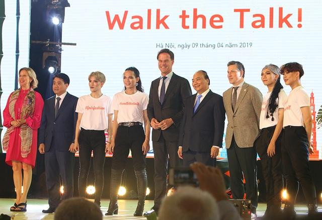 Thủ tướng Hà Lan - Việt Nam cùng xem diễn thời trang - 1