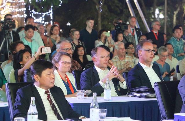 Thủ tướng Hà Lan - Việt Nam cùng xem diễn thời trang - 10