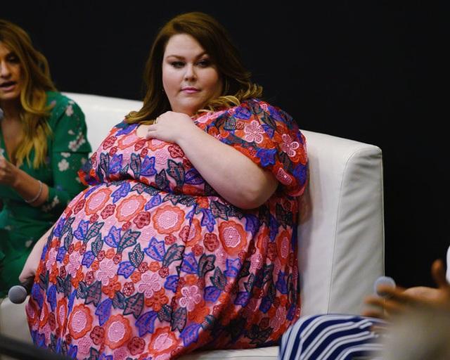 Thân hình quá khổ, Chrissy Metz vẫn diện váy hoa xinh đẹp - 3