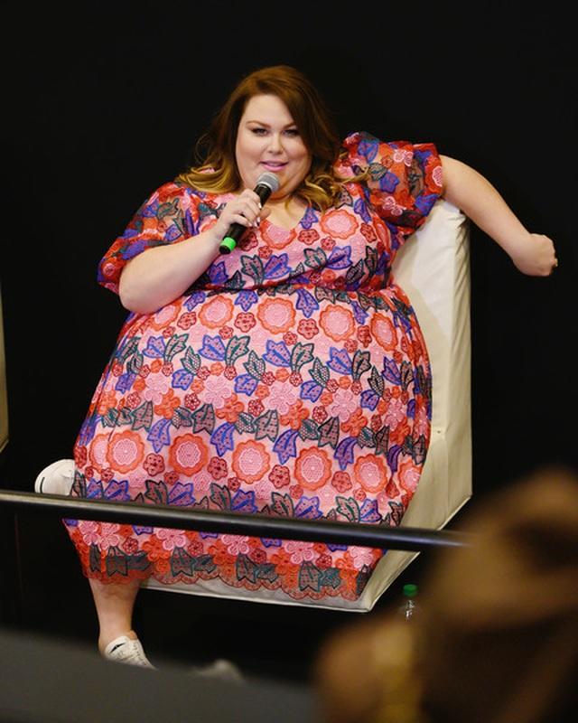 Thân hình quá khổ, Chrissy Metz vẫn diện váy hoa xinh đẹp - 4