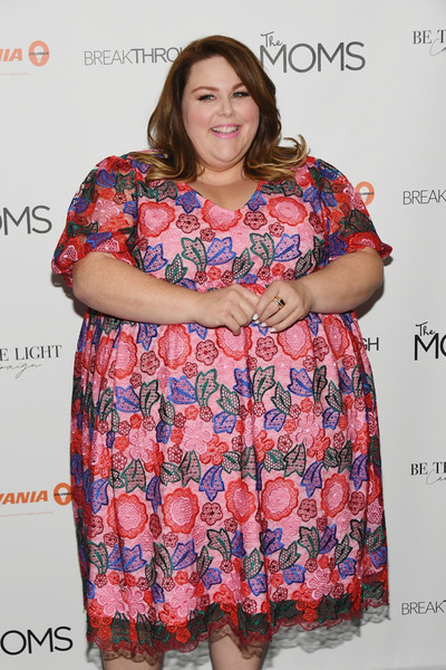 Thân hình quá khổ, Chrissy Metz vẫn diện váy hoa xinh đẹp - 1