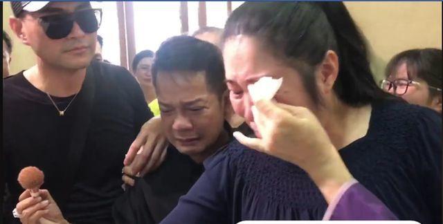 Nghệ sĩ Việt bức xúc vì đám đông livestream trong lễ viếng Anh Vũ - 1