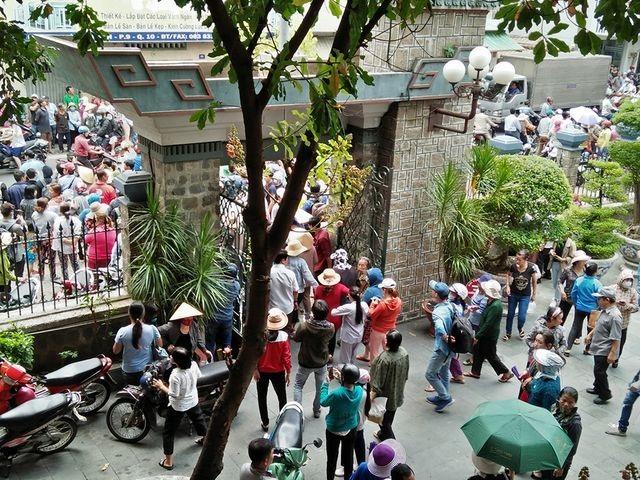 Nghệ sĩ Việt bức xúc vì đám đông livestream trong lễ viếng Anh Vũ - 4