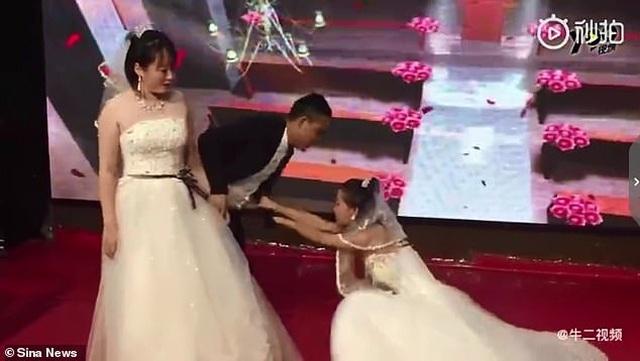 Bạn gái cũ mặc váy cô dâu cầu xin chú rể quay lại tại lễ cưới - 1
