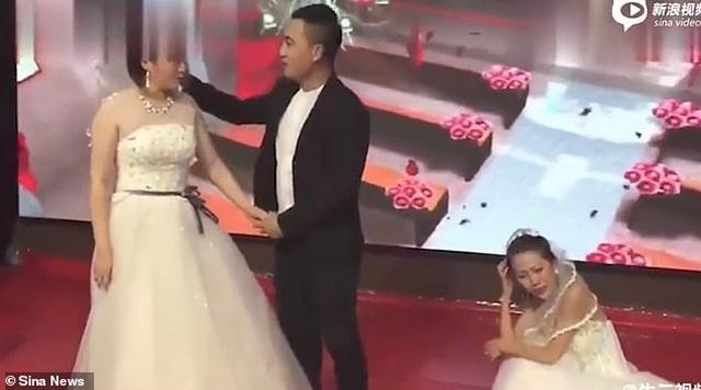 Bạn gái cũ mặc váy cô dâu cầu xin chú rể quay lại tại lễ cưới - 2