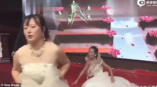 Bạn gái cũ mặc váy cô dâu cầu xin chú rể quay lại tại lễ cưới - 4