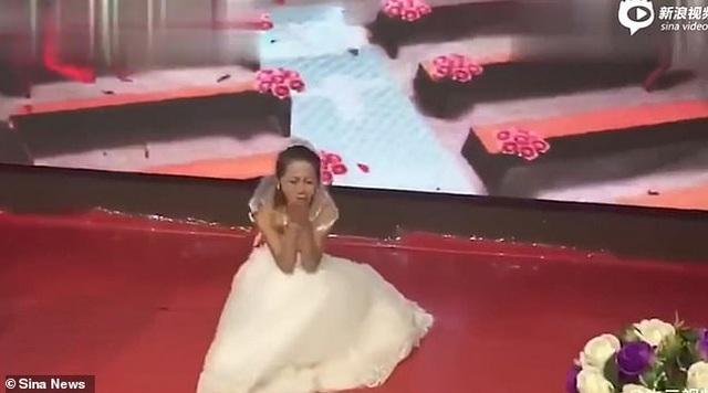 Bạn gái cũ mặc váy cô dâu cầu xin chú rể quay lại tại lễ cưới - 5