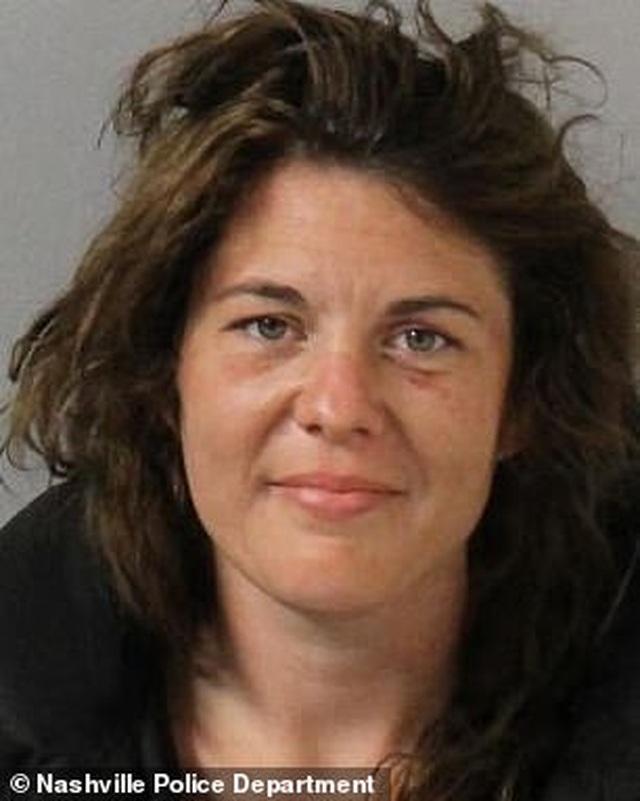 """Bị bắt, người phụ nữ Mỹ cướp luôn xe cảnh sát rồi chạy trốn """"như phim hành động"""""""