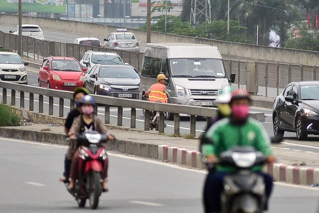 Hàng loạt xe máy bỏ chạy khi thấy CSGT xử lý vi phạm ở đường trên cao Hà Nội - 5