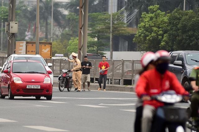 Hàng loạt xe máy bỏ chạy khi thấy CSGT xử lý vi phạm ở đường trên cao Hà Nội - 3
