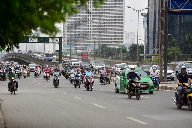Hàng loạt xe máy bỏ chạy khi thấy CSGT xử lý vi phạm ở đường trên cao Hà Nội - 1