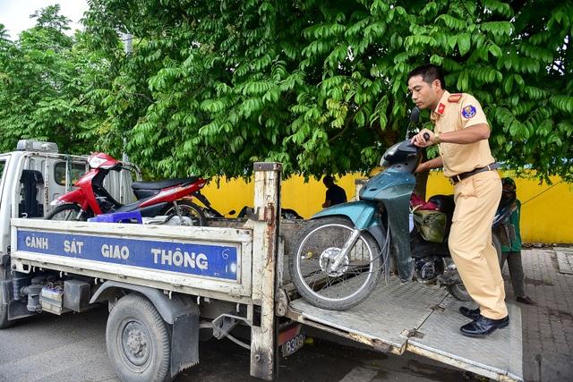 Hàng loạt xe máy bỏ chạy khi thấy CSGT xử lý vi phạm ở đường trên cao Hà Nội - 11