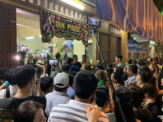 Nghệ sĩ Việt bức xúc vì đám đông livestream trong lễ viếng Anh Vũ - 5