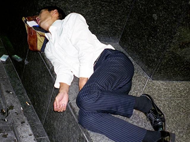 Doanh nhân Nhật Bản ngủ gật ở lề đường do làm việc quá sức - 1