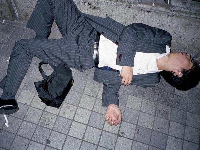 Doanh nhân Nhật Bản ngủ gật ở lề đường do làm việc quá sức - 2