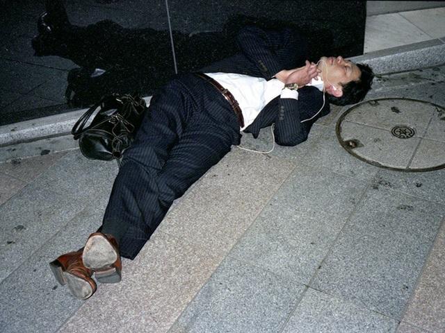 Doanh nhân Nhật Bản ngủ gật ở lề đường do làm việc quá sức - 3
