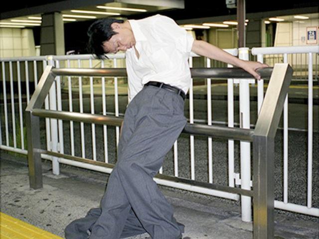 Doanh nhân Nhật Bản ngủ gật ở lề đường do làm việc quá sức - 4