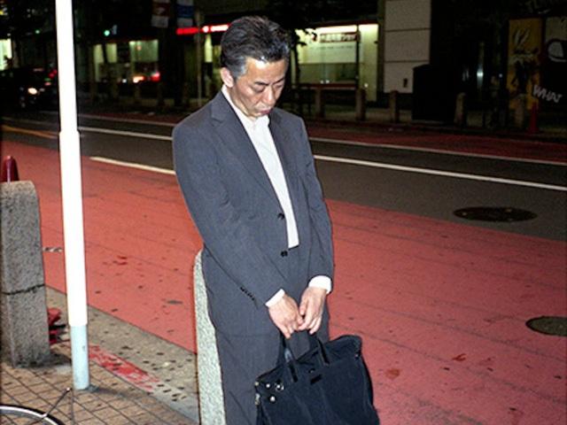 Doanh nhân Nhật Bản ngủ gật ở lề đường do làm việc quá sức - 5