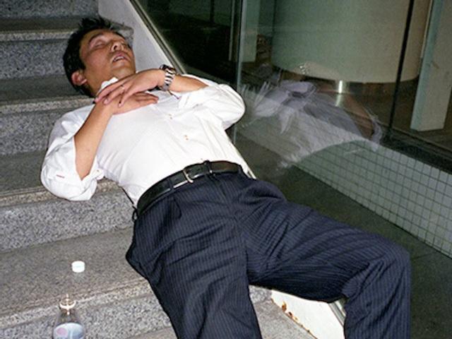 Doanh nhân Nhật Bản ngủ gật ở lề đường do làm việc quá sức - 7